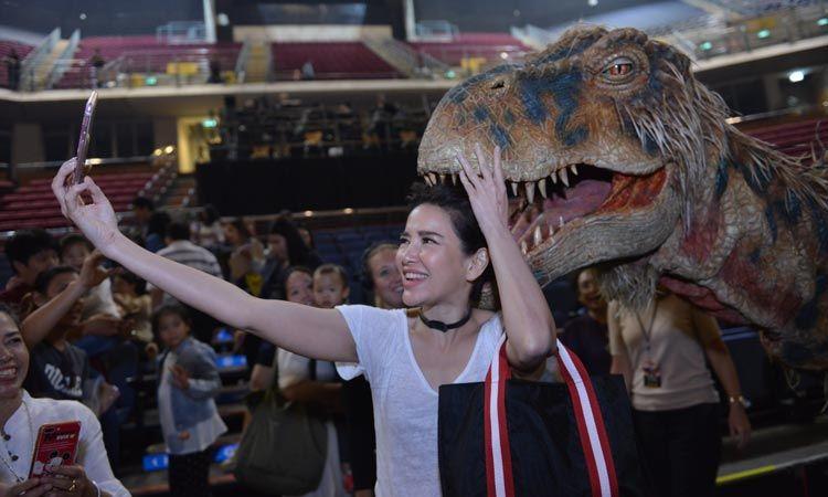 ครอบครัวดาราตบเท้าพาลูกสัมผัส โชว์ไดโนเสาร์ สุดอลังการ WALKING WITH DINOSAURS