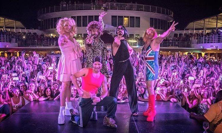 ชมคลิป Backstreet Boys แปลงโฉมเป็น Spice Girls ขึ้นโชว์บนเวที