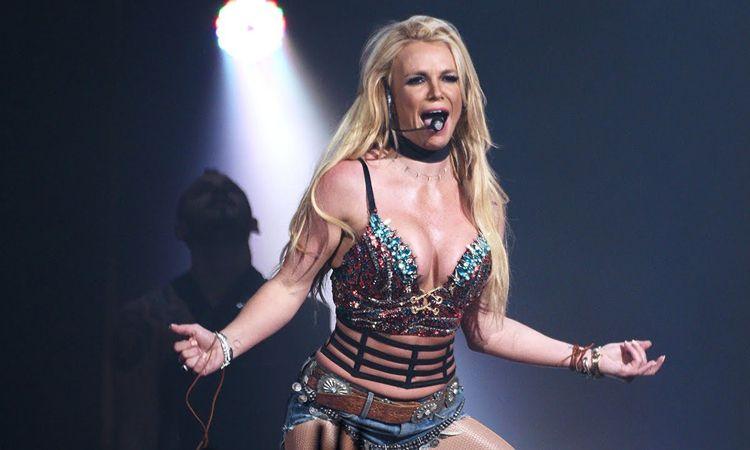 ชมคลิป แฟนเพลงขึ้นไปก่อกวนบนเวทีในคอนเสิร์ต Britney Spears