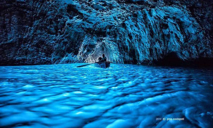 Blue Grotto ถ้ำสุดอัศจรรย์แห่งเกาะคาปรี ประเทศอิตาลี