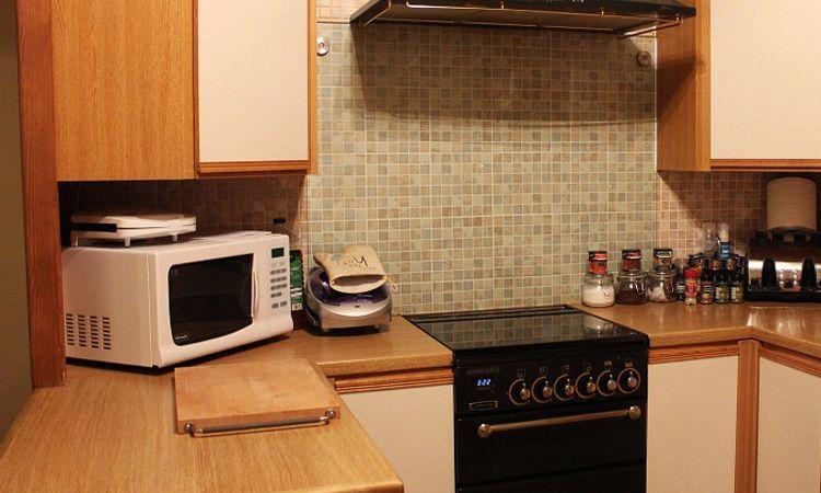 เวิร์กสุด! 5 วิธีกำจัดกลิ่นเหม็นและคราบสกปรกในตู้ไมโครเวฟได้อยู่หมัด