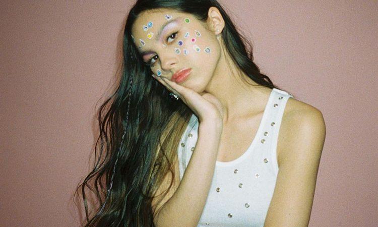 Olivia Rodrigo ขึ้นแท่นเป็นศิลปินอายุน้อยที่สุดที่ยึดอันดับหนึ่งทั้งซิงเกิ้ลและอัลบั้มชาร์ตในอังกฤษ