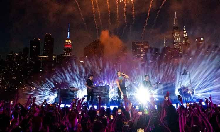 Coldplay ขึ้นโชว์คอนเสิร์ตฉลองวันชาติอเมริกาท่ามกลางแฟ