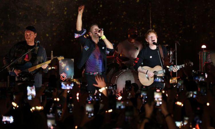 ชม Ed Sheeran ขึ้นเวทีเซอร์ไพรส์ ร่วมโชว์เพลง Fix You ในคอนเสิร์ตของ Coldplay