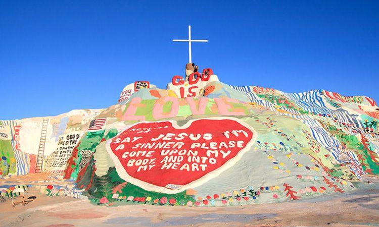 ปักหมุด!! Salvation Mountain ภูเขาสายรุ้งกลางทะเลทราย จากฝีมือชายแค่คนเดียว