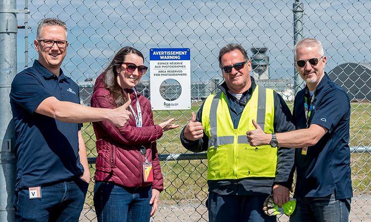 น่ารัก! สนามบินแคนาดา ทำช่องที่รั้วให้ใครๆ ก็ถ่ายภาพเครื่องบินได้
