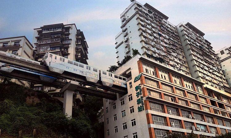 แปลกแต่จริง! รถไฟวิ่งทะลุตึก 19 ชั้น ที่เมืองฉงชิ่ง ประเทศจีน